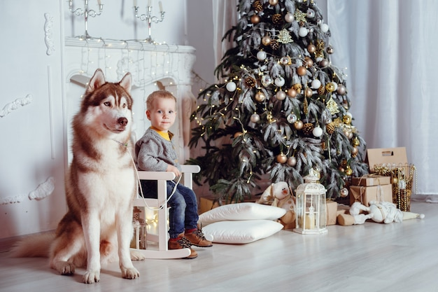 Famille avec chien dans un intérieur.
