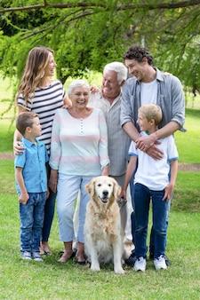 Famille avec chien dans le parc