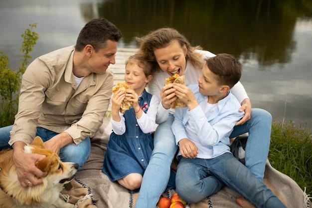 Famille avec chien à l'extérieur coup moyen