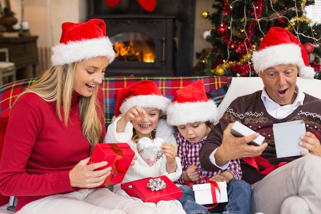 Famille choquée festive échangeant des cadeaux