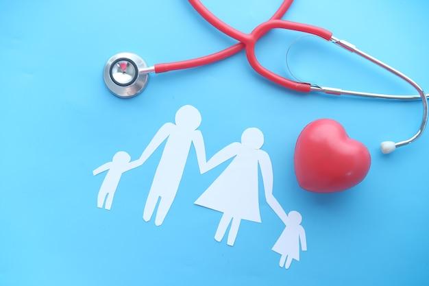 Famille et coeur avec stéthoscope de haut en bas
