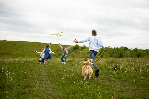 Famille complète avec cerf-volant et chien
