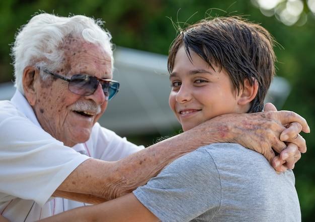Famille composée de membres de 4 générations. grands-parents, petits-enfants et arrière-petits-enfants