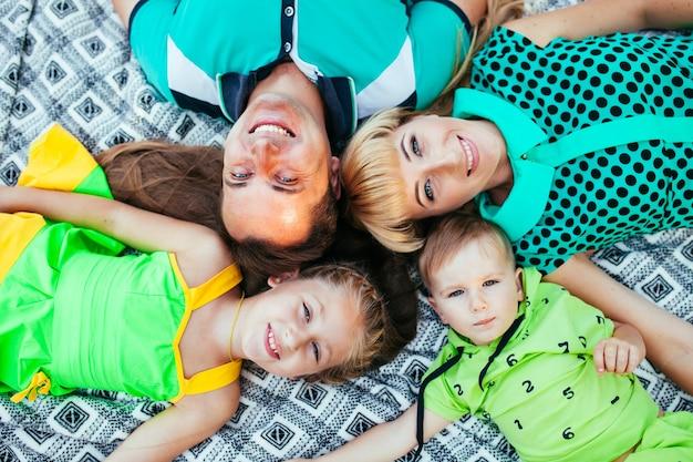 Famille couchée dans le parc