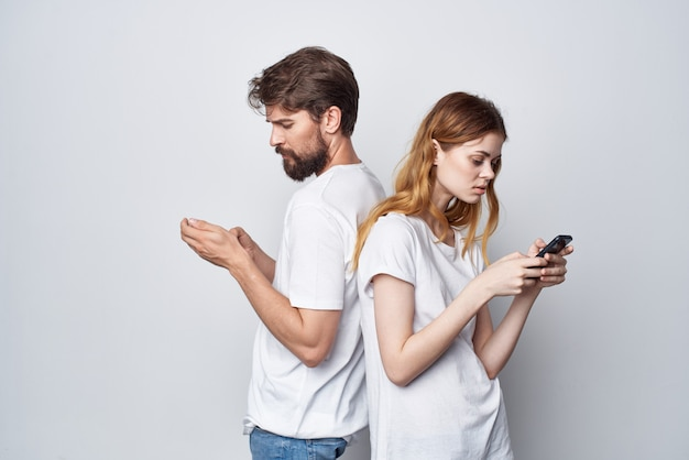 Famille de couples mariés avec des téléphones à la main style de vie de studio de communication