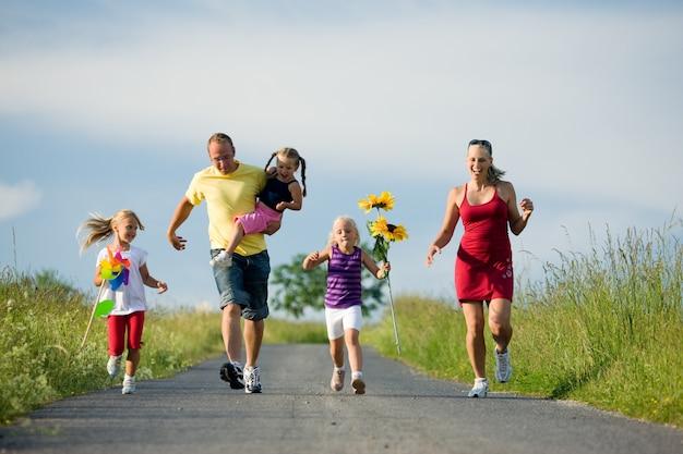 Famille courir sur une colline