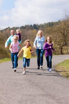 La famille court dehors
