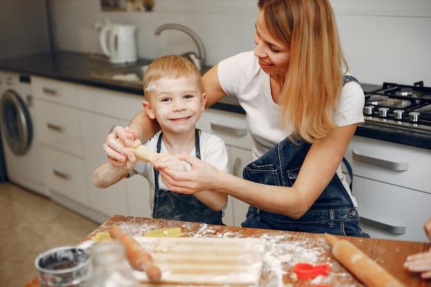 Famille cuire la pâte pour les cookies