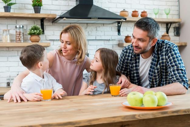 Famille à la cuisine