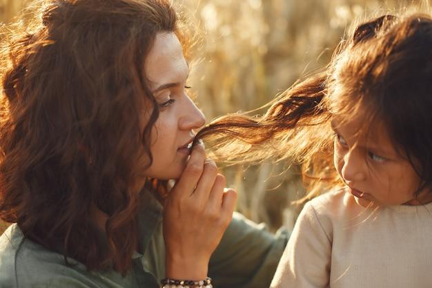 Famille dans un champ d'été. photo sensuelle. jolie petite fille.