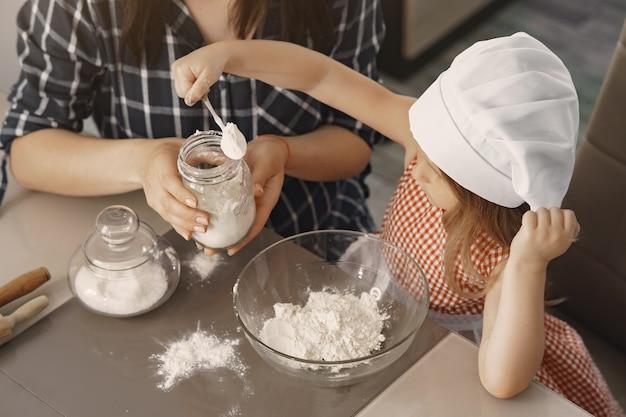 Famille dans une cuisine cuire la pâte pour les cookies