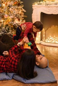 Famille dans les décorations de noël