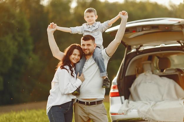 Famille dans une forêt d'été par le tronc ouvert