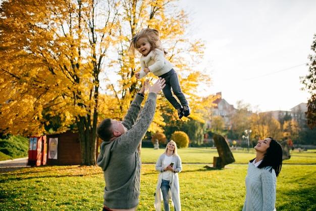 Famille dans la nature verte ensemble