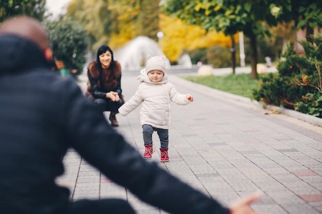 Famille dans un parc en automne
