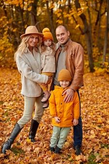 Famille dans le parc d'automne