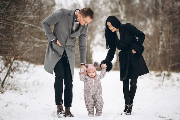 Famille dans le parc en hiver avec bébé fille