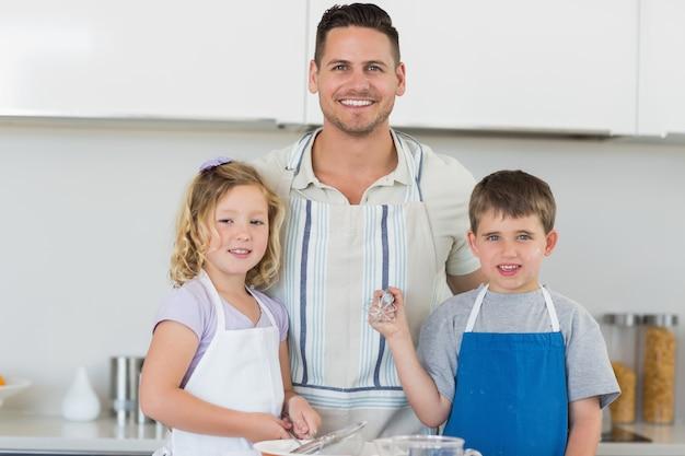 Famille dans les tabliers, préparez des biscuits