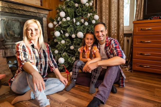 Famille dans une vieille maison en bois. belles décorations de noël. l'ambiance festive. vacances de noël.