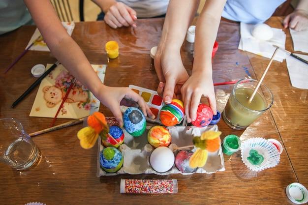 La famille décore les œufs pour pâques