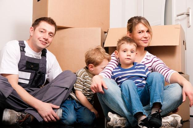 Famille déménageant dans leur nouvelle maison