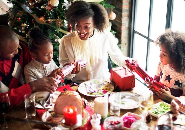 Famille de descendance africaine célébrant les vacances de noël ensemble