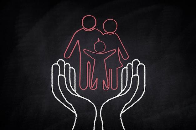 Famille dessiné sur un tableau noir sur certaines mains