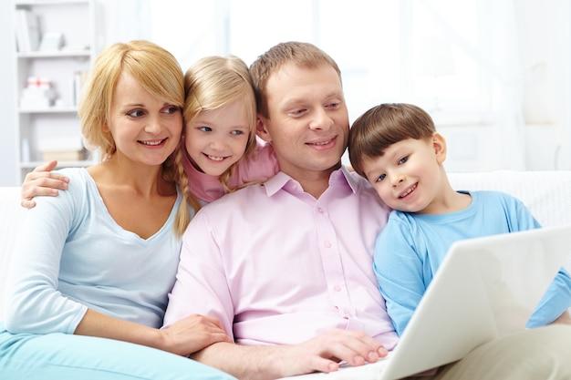 Famille détendue avec un ordinateur portable