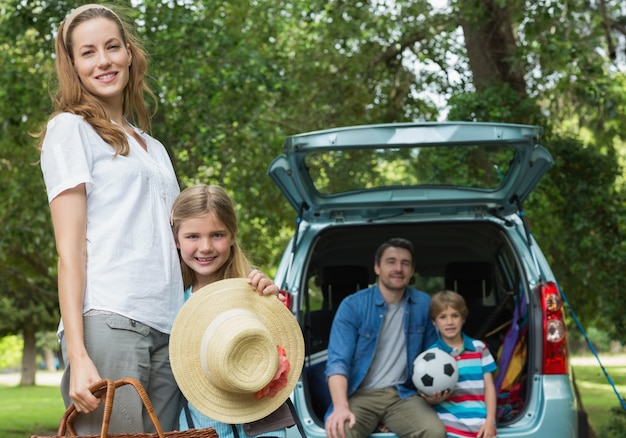 Famille avec deux enfants au pique-nique