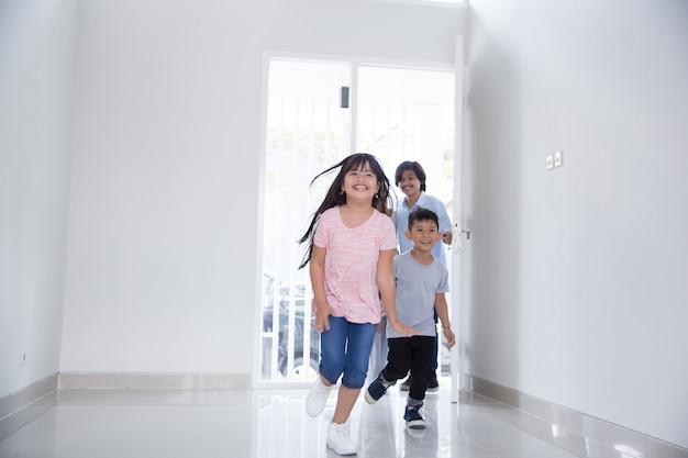 Famille avec deux enfants entrant dans leur nouvelle maison