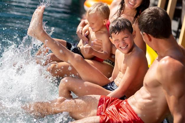 Famille avec deux enfants profitant de leur journée à la piscine