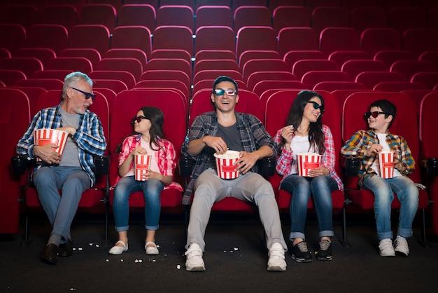Famille de différentes générations au cinéma