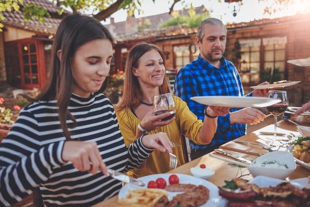 Famille dinant en plein air