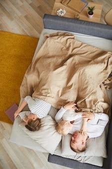 Famille dormant sur un canapé confortable