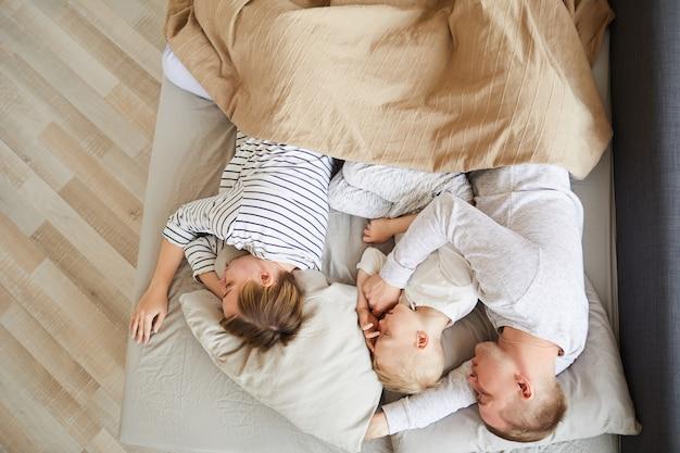 Famille dormant sur un matelas confortable