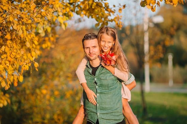 Famille du père et de l'enfant sur une belle journée d'automne dans le parc