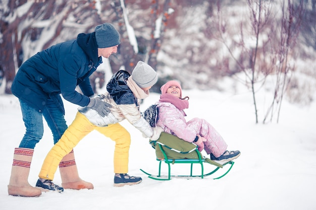 Famille du père et des enfants en vacances en plein air d'hiver