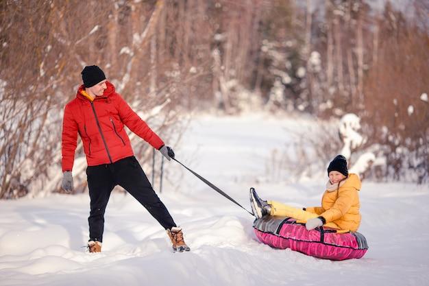 Famille du père et des enfants en vacances à la veille de noël