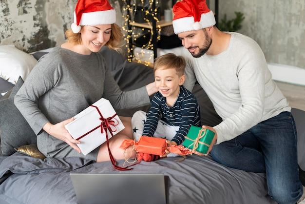 Famille échangeant des cadeaux à noël ensemble