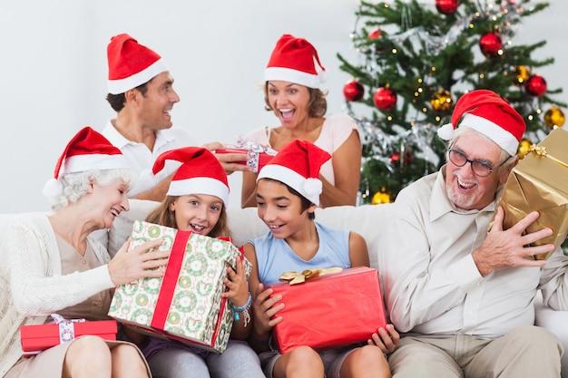 Famille échangeant des cadeaux de noël