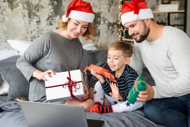 Famille échangeant des cadeaux à noël