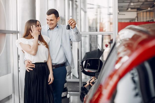 Famille élégante et élégante dans un salon de l'automobile