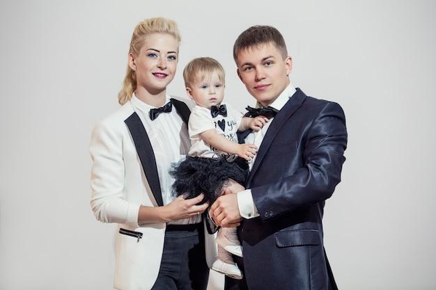 Famille élégante et habillée à la mode