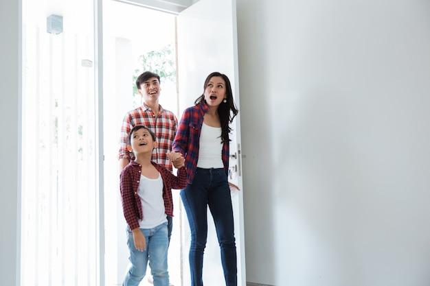 La famille émerveillée par leur nouvelle maison