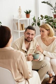 Famille avec un enfant chez un psychothérapeute à la réception