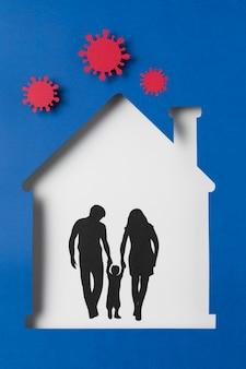 Famille avec enfant à l'intérieur de la maison à l'abri du coronavirus