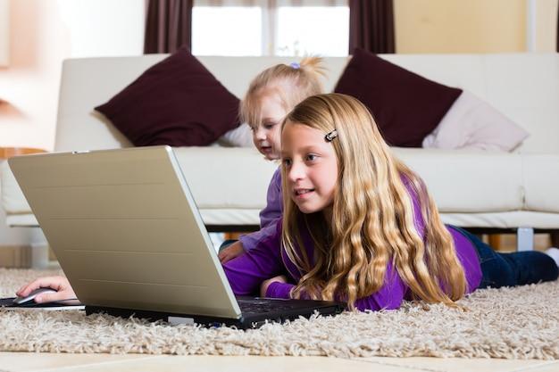 Famille - enfant jouant avec l'ordinateur portable