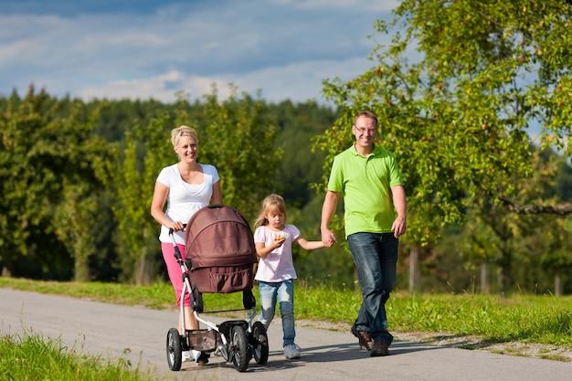 Famille avec enfants marchant