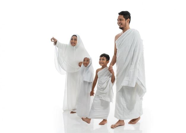 Famille et enfants musulmans du hadj marchant et tenant la main