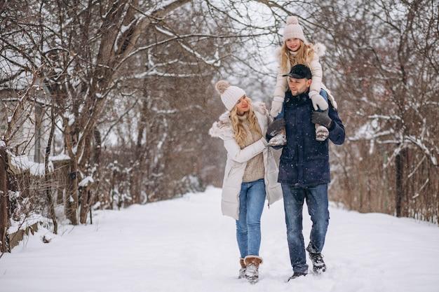 Famille ensemble dans un parc d'hiver